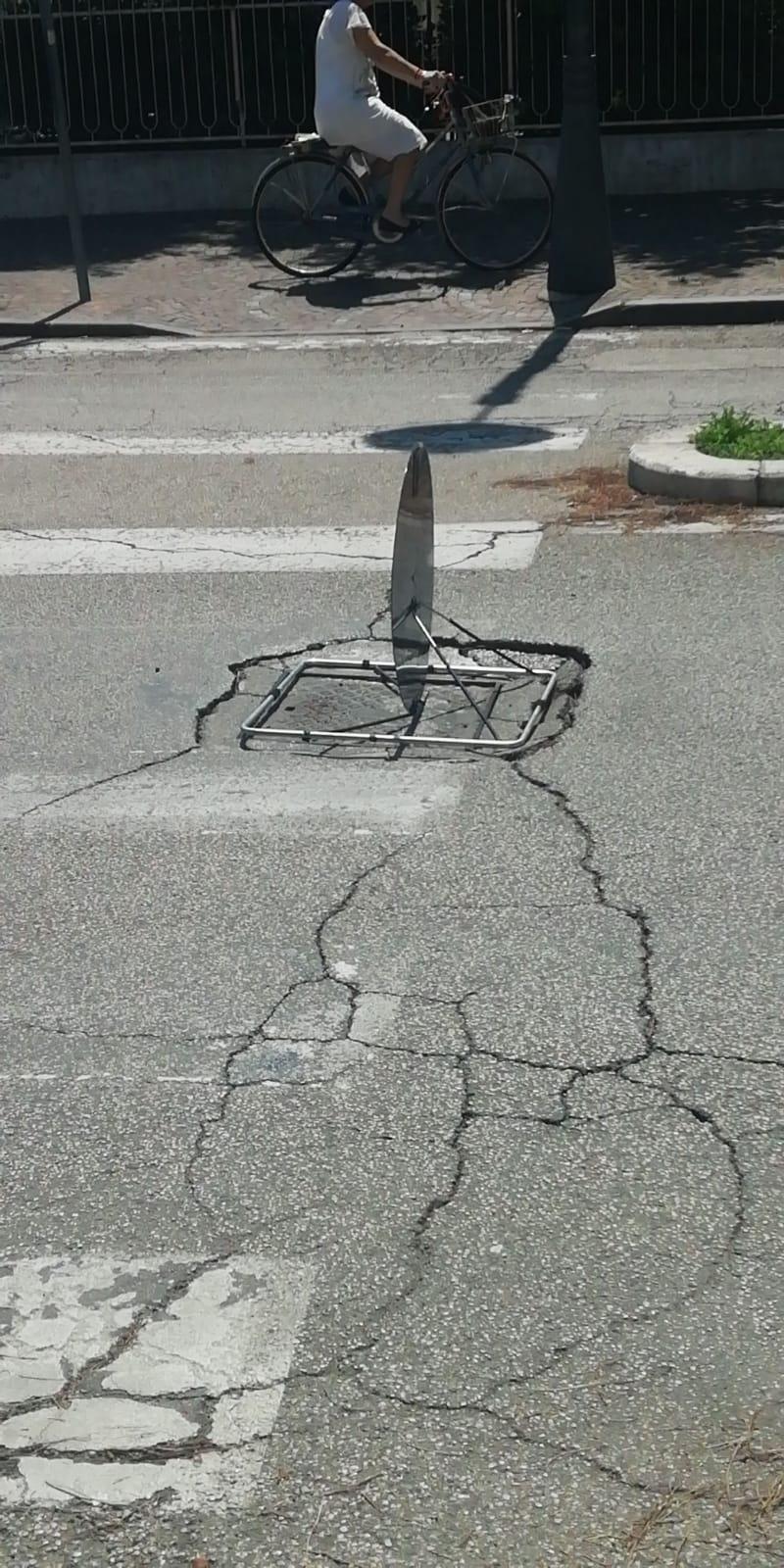Cede l'asfalto di viale Trento: corsia interrotta