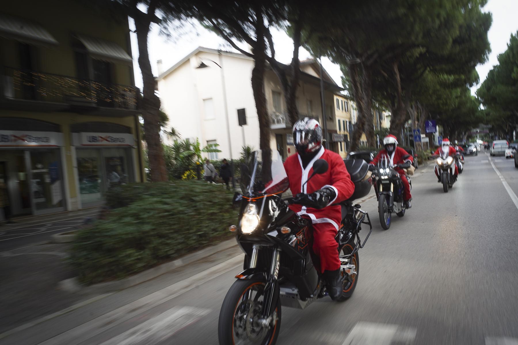 VIDEO Babbi Natale in moto portano doni agli anziani