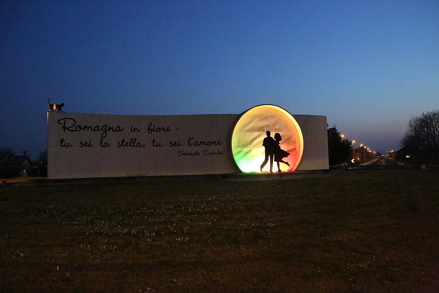 La rotonda Casadei si illumina con il tricolore