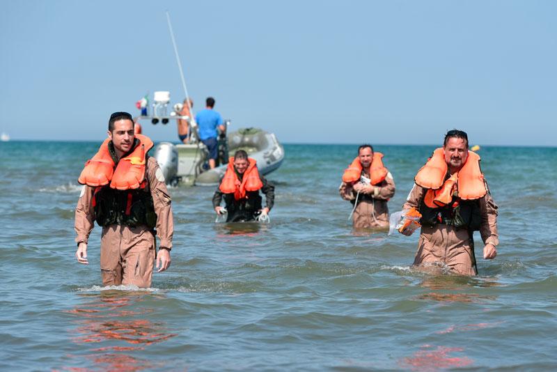 Abili e arruolati per sopravvivere in mare FOTO