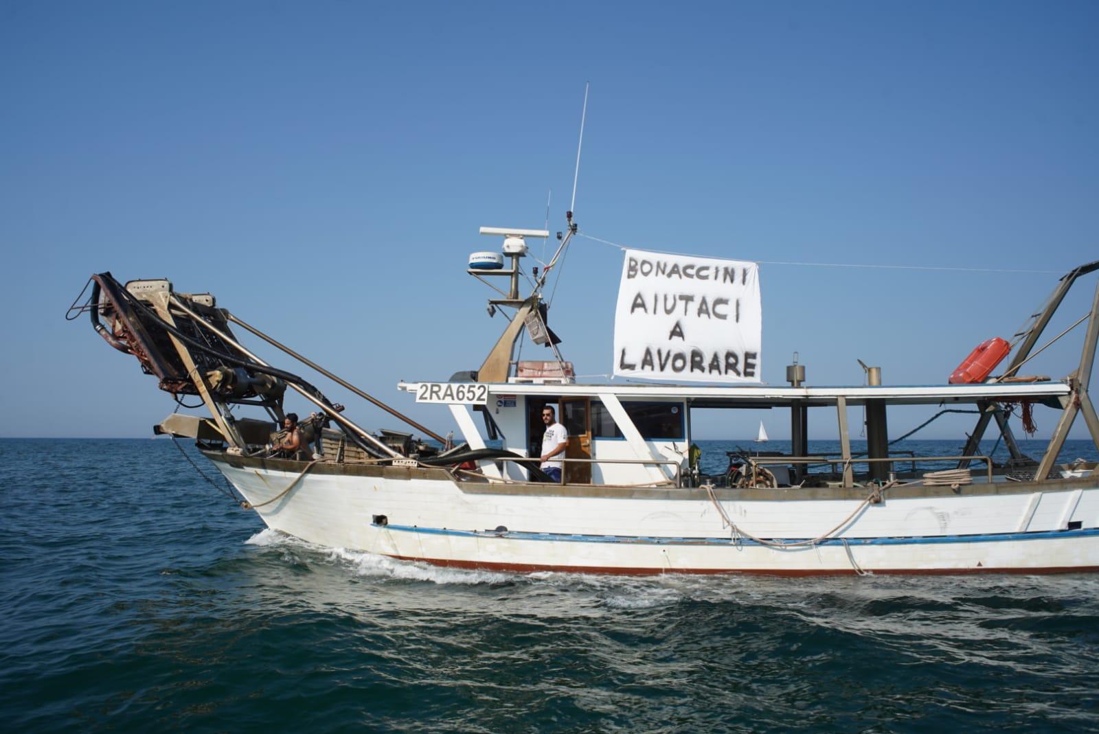"""Protesta dei pescherecci locali: """"Bonaccini, facci lavorare"""""""