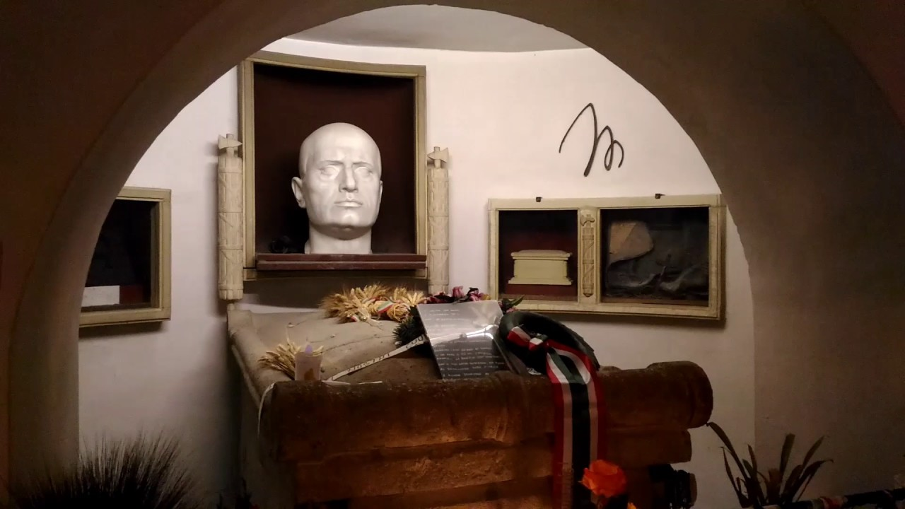 """Lettera degli eredi: """"Tenete sempre aperta la cripta di Mussolini"""""""
