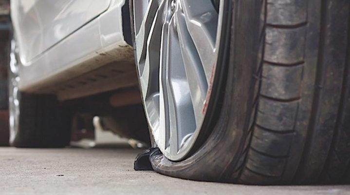 Atti vandalici alle auto parcheggiate: pneumatici bucati in via Cecchini