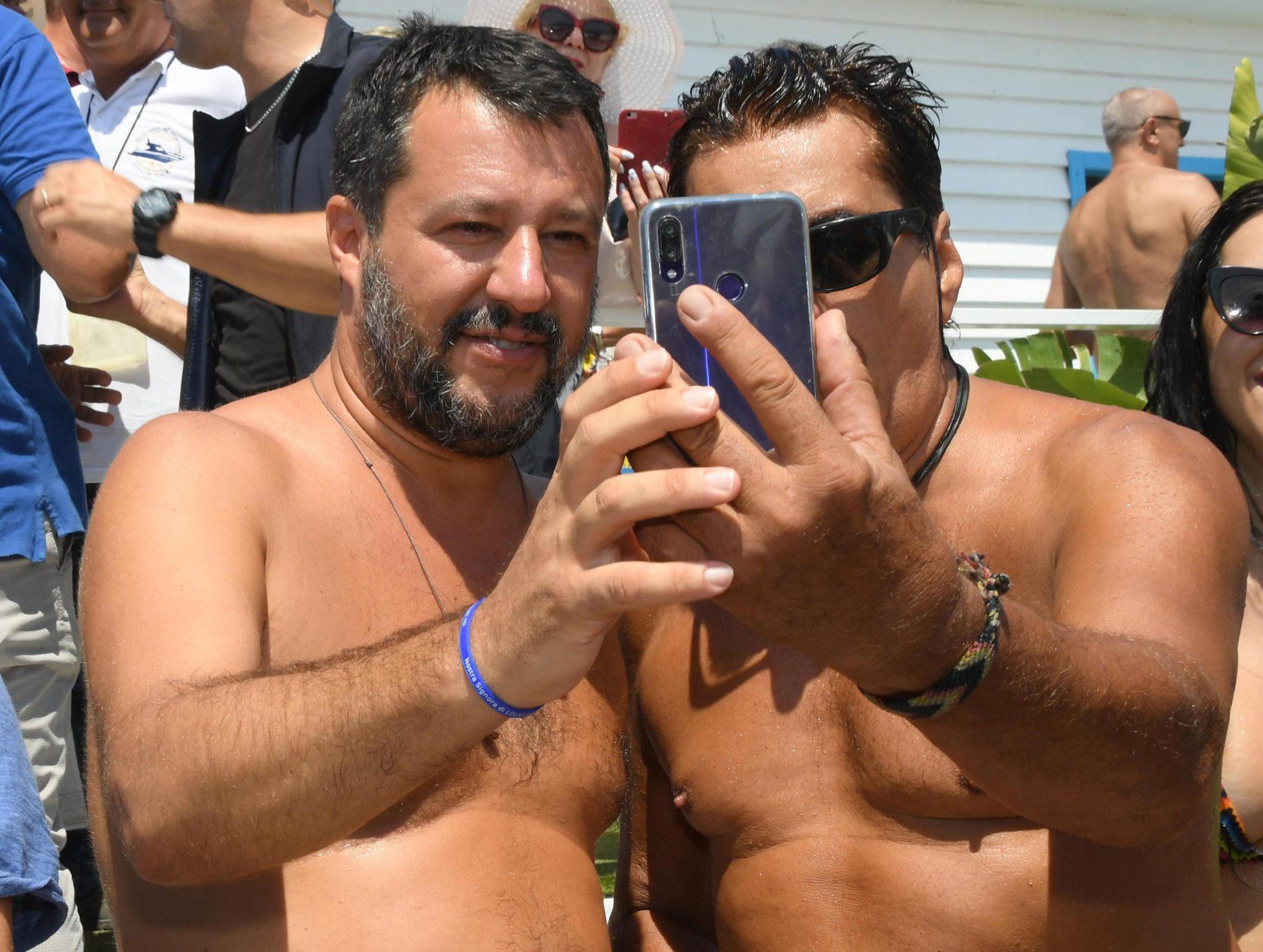 Weekend al Papeete per Matteo Salvini. Pioggia di selfie