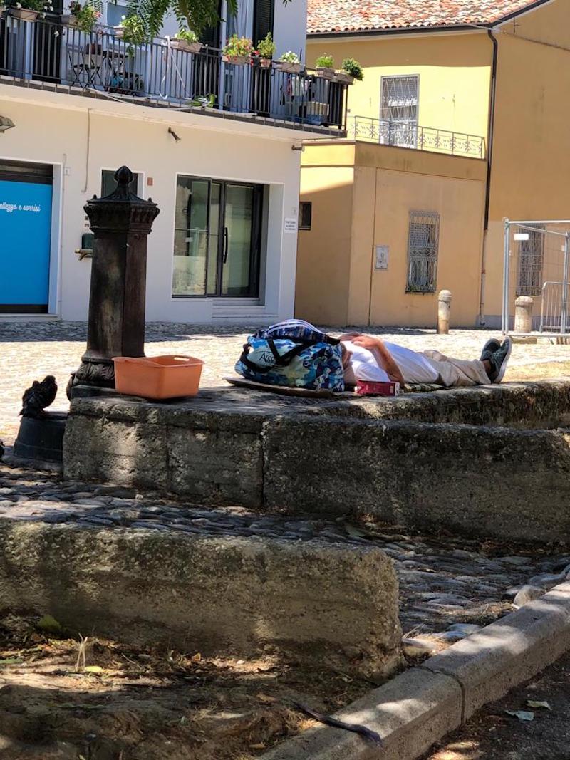 """""""Basta clochard in piazza delle Conserve"""" LE FOTO"""