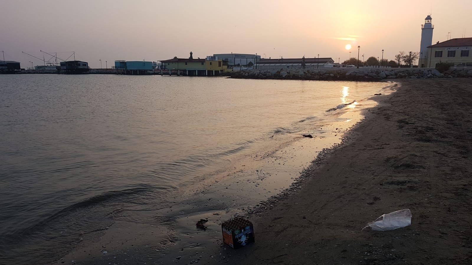 Fuochi d'artificio in spiaggia a Cesenatico. Pulire è un optional