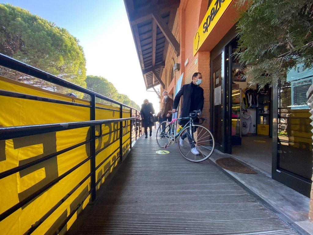 Cassani consegna la bicicletta Pantani