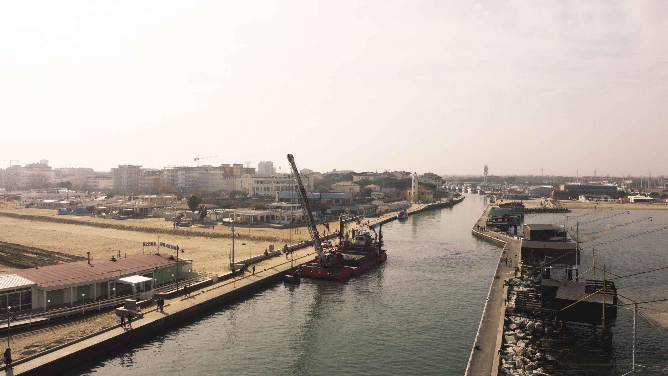 Porto di Cesenatico insabbiato, intervento d'urgenza VIDEO