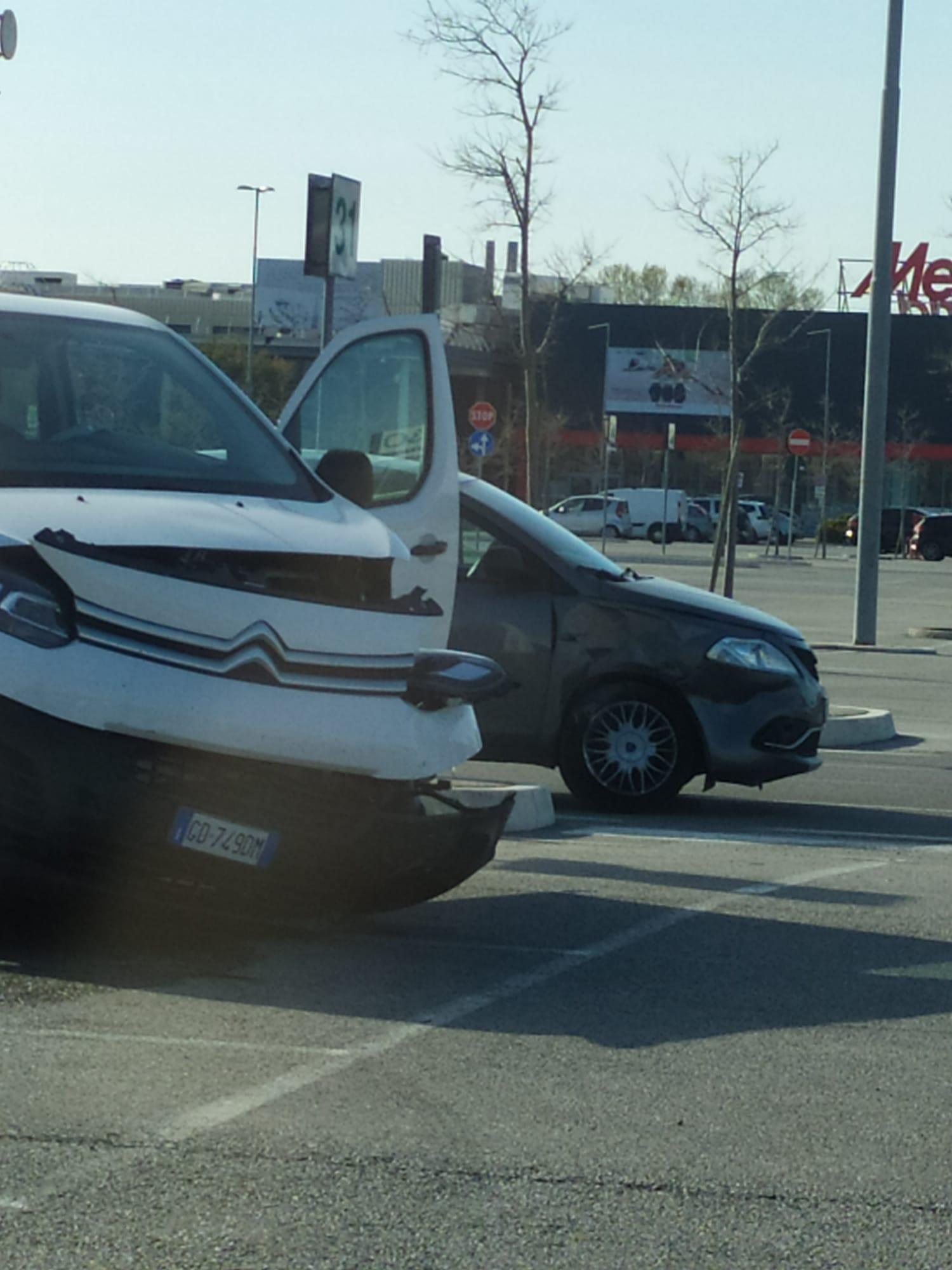 Spettacolare incidente nel parcheggio del Romagna Center
