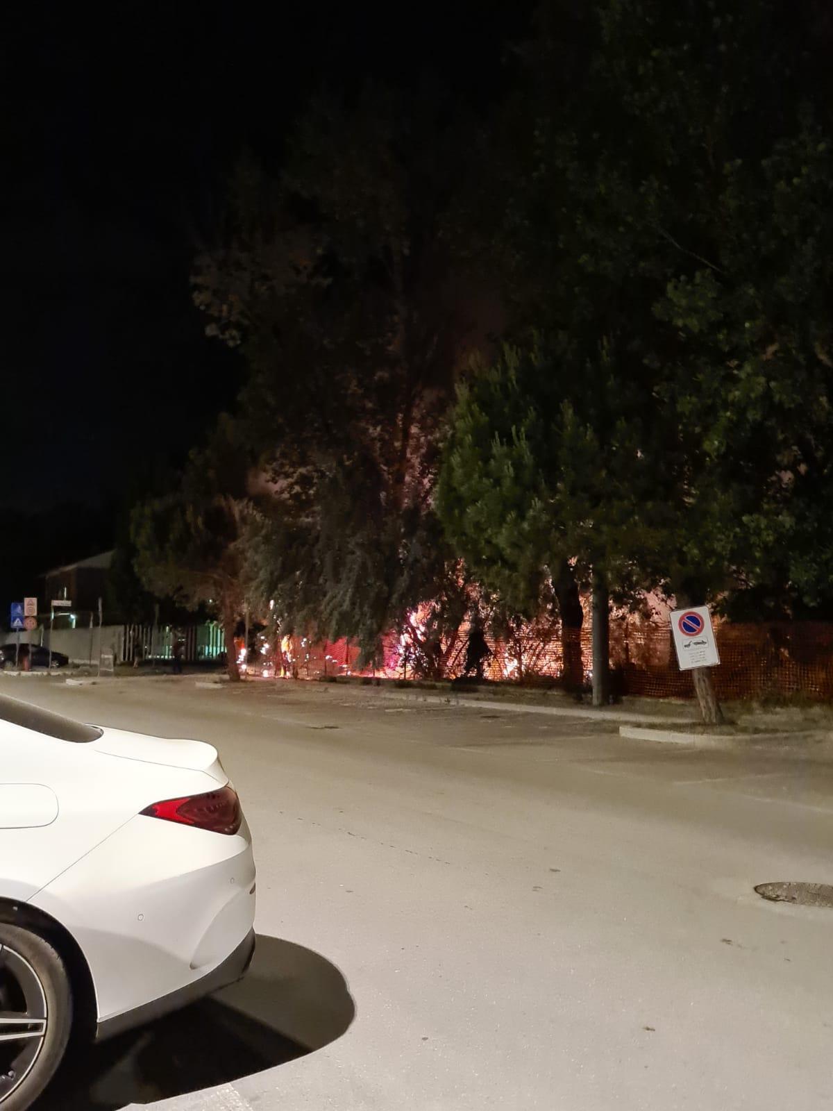 Incendio nella notte in un colonia accanto ai Carabinieri
