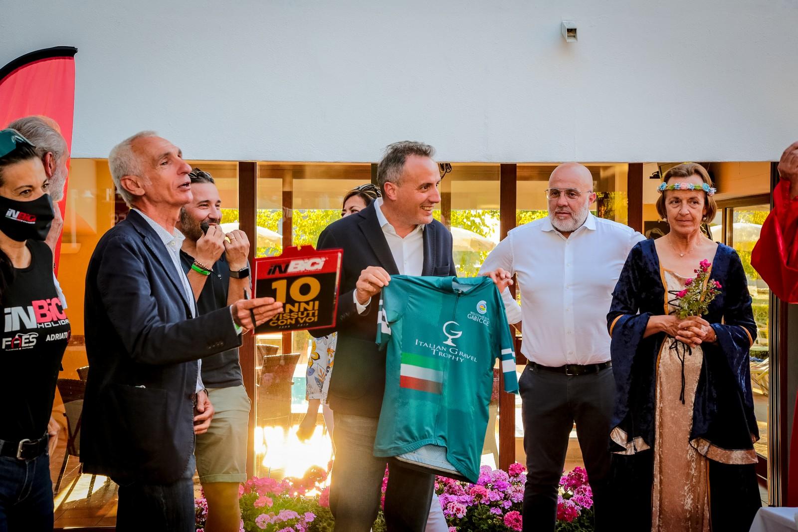 Italian Gravel Trophy, a Gabicce Mare anche Dante sale in bicicletta