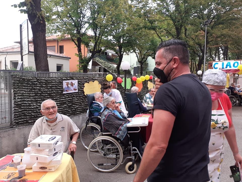 """Mirko Casadei canta """"Ciao Mare"""" con i nonni della casa di riposo"""